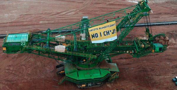 Koparka w odkrywce Turów z transparentem Greenpeace