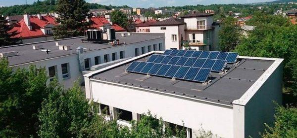 Panele fotowoltaiczne na dachu Zespołu Państwowych Szkół Muzycznych w Gorlicach