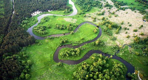 Widok na polską rzekę z lotu ptaka