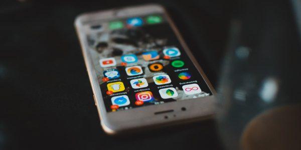 Smartfon z lista aplikacji na ekranie