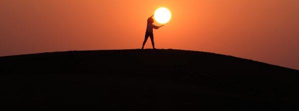 Mężczyzna na tle zachodu słońca