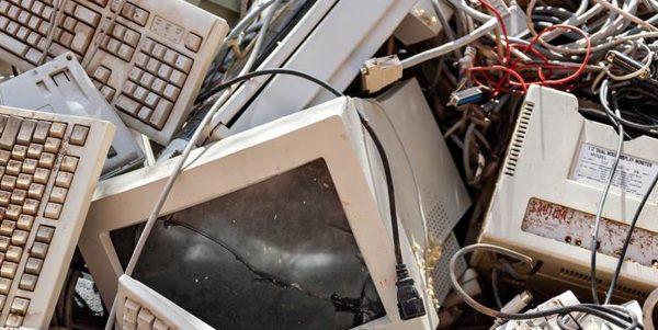 Odpady (zniszczone komputery) na wysypisku śmieci