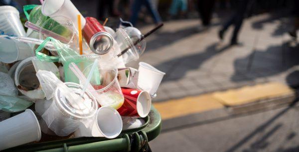 Kosz z odpadami plastikowymi
